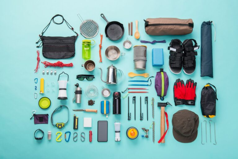 4 Necessary equipment to have with yourself when going camping